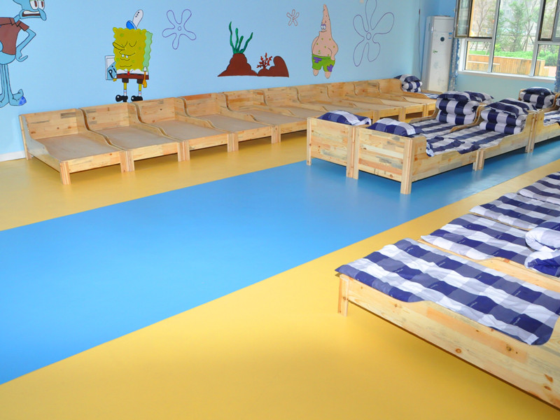 为什么幼儿园铺装的地胶质量很重要?对于雾霾常常光顾的京津冀地区,而且冬季外面天气变冷,室外活动对于孩子们来说已成了奢望,他们的活动环境也主要集中在室内。包括上课、活动、休息等,这种情况下,如果辅材有害物质排放量超标,便会给房屋内活动的孩子带来安全隐患。  英利奥幼儿园专用地板绿色环保100%全新原料,不添加任何回收材料;采用无污染类人体工学生产工艺;将银纳米抗菌粒子经过加工处理后添加到地板里,有效抑制了霉菌等细菌的滋生与繁殖,增加了地板的环保功能。同时释放对人体有益的远红外线,让人们生活在无污染洁净、健康