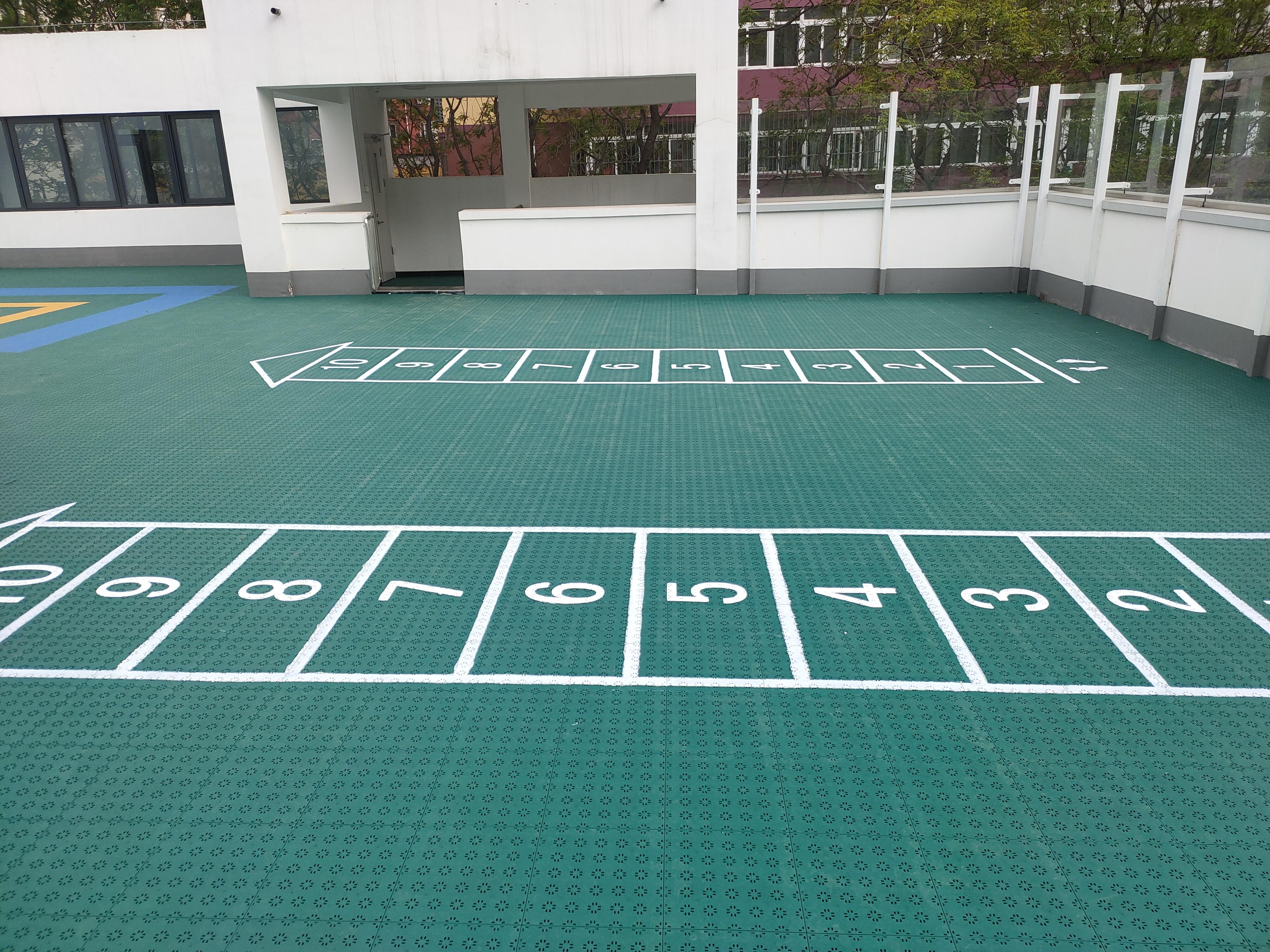幼儿园室外悬浮式拼装地板,西城某幼儿园只偏爱它……