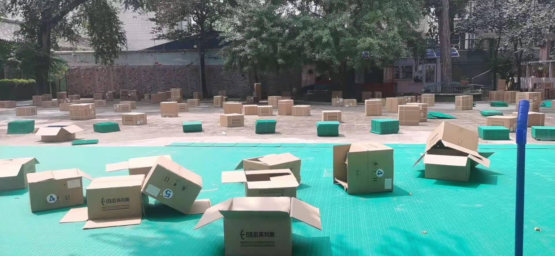 北京第六幼儿园悬浮拼装地板铺装中……