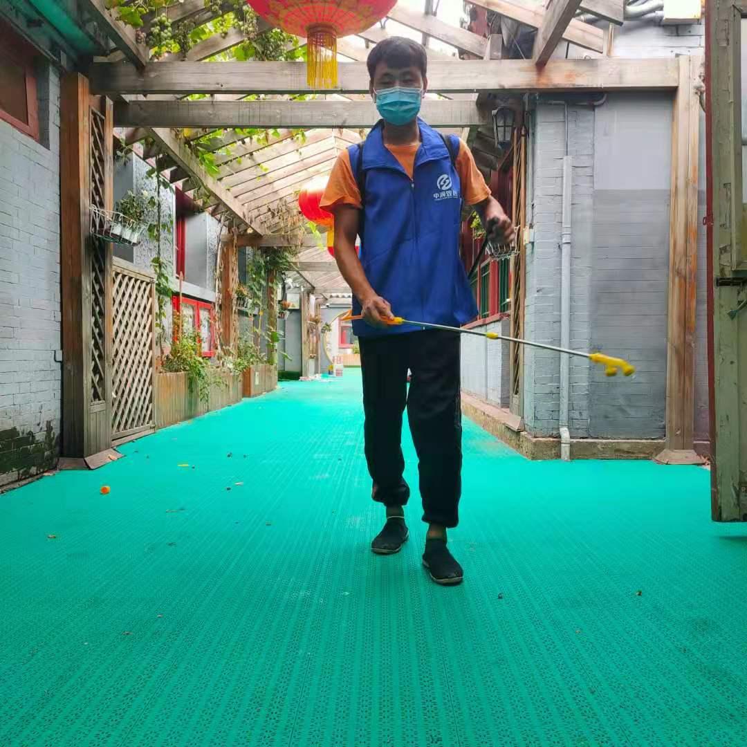 为西四北室外悬浮拼装地板清洁消毒——抗击疫情我们从未懈怠!