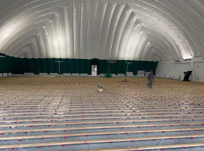 黑龙江某交通管理局的气膜体育馆运动木地板铺装项目施工中……